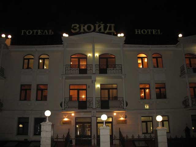 Центральный вход ночью отель в севастополе