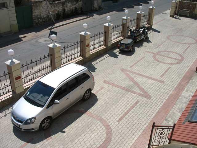 Парковка у центрального входа отель в севастополе
