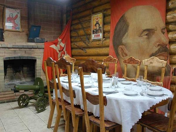 Русская хата - стилизованная кабинка в ресторане Лесной